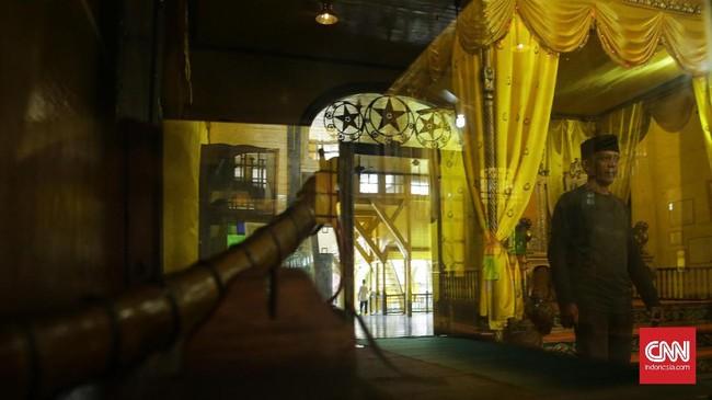 Di lantai atas terdapat ruangan khusus yang biasanya digunakan sultan untuk memantau arus di Sungai Kapuas dan Sungai Landak. Namun, saat dikunjungi kemarin, area tersebut ditutup untuk renovasi.