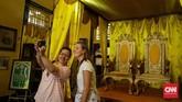 Pertama, pengunjung tidak boleh menduduki Singgasana Sultan. Kedua, pengunjung tak boleh berfoto selfie dengan gaya berlebihan, jadi hanya boleh bergaya formal.