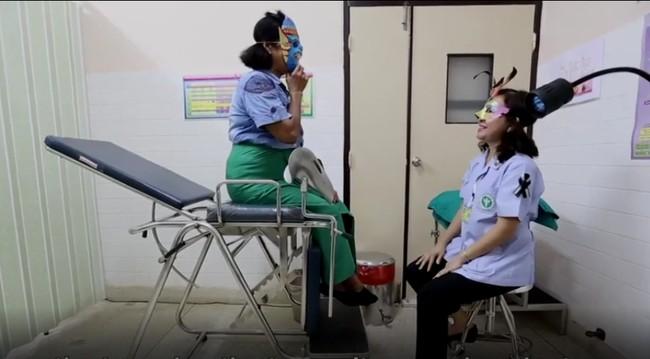 Foto Para Pasien dan Dokter yang Memakai Topeng Saat Pap Smear - 4