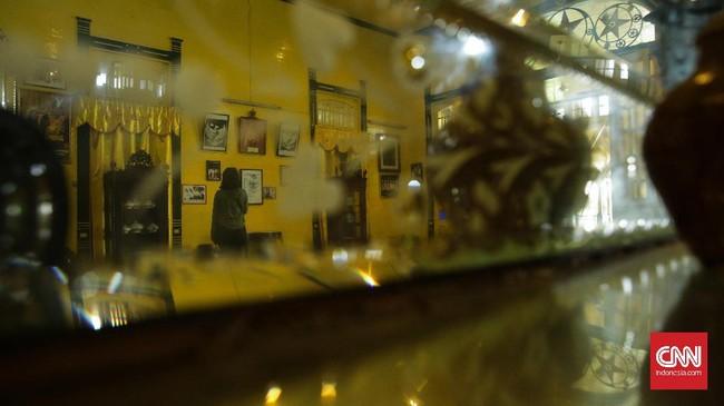 Kaca Seribu, benda antik dari Perancis yang dipajang di ruangan tengah. Informasi mengenai silsilah Kesultanan Pontianak bisa diketahui melalui susunan foto yang terbingkai rapi dan berada di ruanganyang sama.