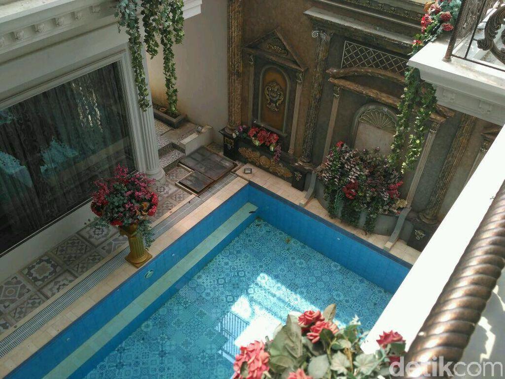 Ada kolam renang besar di dalam rumah. Foto: Dok. Istimewa