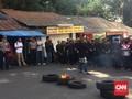 Hadapi Ratusan Polisi, Warga Sunda Wiwitan Bakar Ban