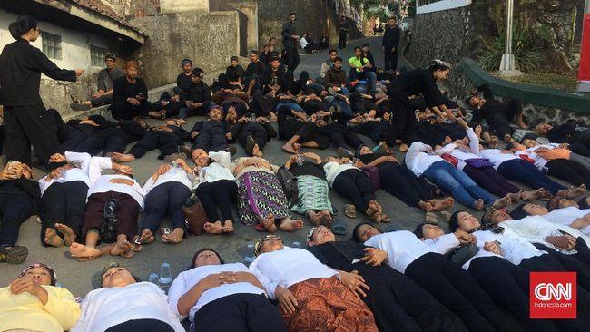 Warga Sunda Wiwitan Terlentang di Jalan Adang Eksekusi