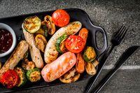 Hindari makan makanan yang bisa memicu perut bergas dan bau mulut. Anda tidak mau kan pasangan menjadi 'ilfill' karena bau kentut atau aroma mulut tak sedap? Foto: Thinkstock