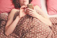 Kirimkan pesan seksi saat berkomunikasi dengannya di aplikasi pengirim pesan. Tidak ada salahnya jika Anda mengirimkan teks dan foto nakal atau rekomendasi foreplay yang asik dicoba kepada pasangan. Foto: Thinkstock