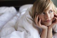 Bayangkan apa saja yang menurut Anda erotis dan dapat membangkitkan gairah seks. Jangan terlalu fokus pada apa yang Anda dan pasangan lakukan di atas ranjang, cukup bayangkan sesuatu yang seksi agar suasana hati Anda terbangun. Foto: Thinkstock