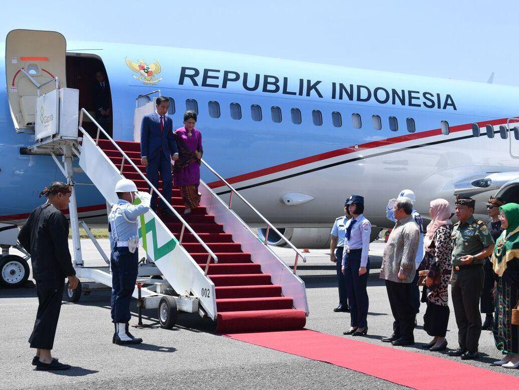 Jokowi dan Iriana terlihat kembali bergandengan saat tiba di Bandung beberapa waktu lalu. Foto: Jokowi tiba di Bandara Bandung