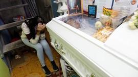 FOTO: Histeria Pemakaman Korban Tembak Anti Narkoba Duterte