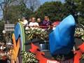 VIDEO: Jokowi Bagi-bagi Baju di Karnaval Kemerdekaan Bandung