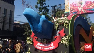 Dimintai Sepeda, Jokowi Bagikan Kaus di Karnaval Kemerdekaan