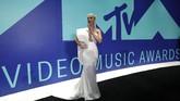 Dengan gaun one-shoulder serba putih dari Stephane Rolland, Katy Perry yang juga host MTV VMA tahun ini tampil mengesankan. Ia melengkapi tampilan dengan anting besar sebagai pemanis. (REUTERS/Mario Anzuoni)
