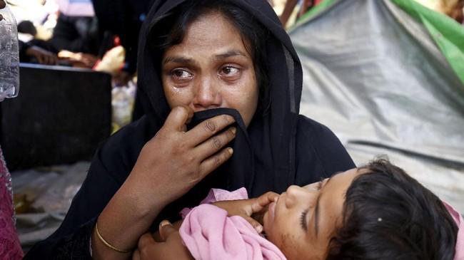 Pemerintah tak mencatat jumlah pengungsi yang menyeberang, tapi para warga Rohingya yang berlindung di kamp sementara memperkirakan ada 2.000 orang. (Reuters/Mohammad Ponir Hossain)