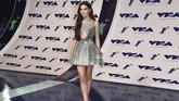 Aktris Hailee Steinfeld tampil seksi dengan mini dress berpotongan sensual yang menampakkan bagian perut ratanya serta rok di atas lutut rancangan Atelier Versace. (Alberto E. Rodriguez/Getty Images/AFP)