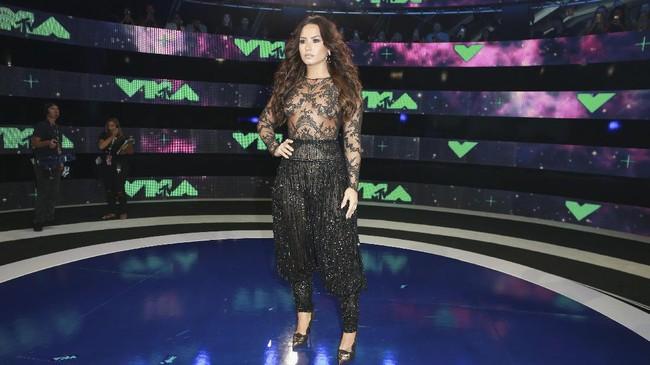 Demi Lovato mengenakan bodysuit dari koleksi Fall Zuhair Murad Couture Collection 2016. Bagian atasannya menerawang dan menambah kesan sensual buat Lovato. (Rich Fury/Getty Images/AFP)