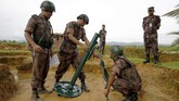 <p>Sesampainya mereka di perbatasan, suara tembakan terdengar dari sisi Myanmar sehingga petugas perbatasan Bangladesh bersiaga untuk mempertahankan diri. (Reuters/Mohammad Ponir Hossain)</p>
