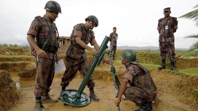 Sesampainya mereka di perbatasan, suara tembakan terdengar dari sisi Myanmar sehingga petugas perbatasan Bangladesh bersiaga untuk mempertahankan diri. (Reuters/Mohammad Ponir Hossain)