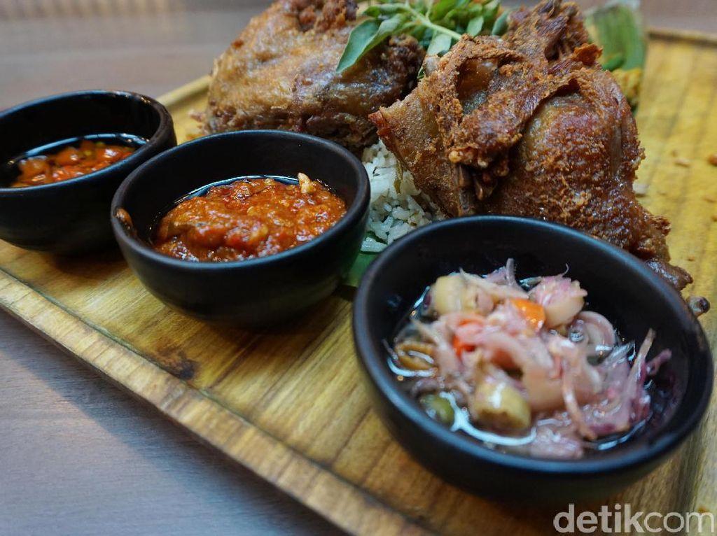 Kalau ini, tiga jenis sambal yang disajikan untuk mengiringi santap bebek yang renyah empuk dengan paduan nasi gurih. Nyam! Foto: Lusiana Mustinda