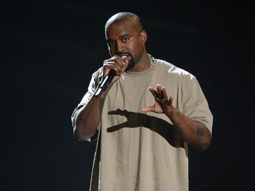 Ikuti Jejak Kim Kardashian, Kanye West Juga Warnai Rambut Jadi Pink