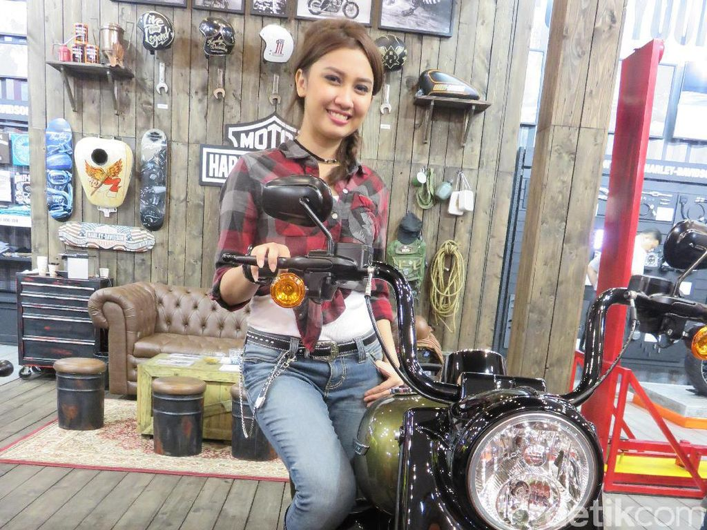 Wanita imut dari booth Harley-Davidson, Lucy Ayu, menggemari kendaraan besar seperti motor Ducati, Harley-Davidson, Toyota Rush, hingga Jeep Wrangler Rubicon. Lucy suka yang macho-macho ya? Foto: Ruly Kurniawan