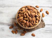 Kacang almond merupakan sumber lemak tak jenuh yang baik yang dapat meningkatkan kadar serotonin dalam tubuh. Hal ini lah yang membantu tubuh menjadi rileks dan membuat kantuk. Foto: iStock