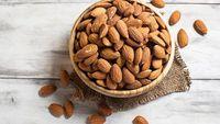 Kacang almond satu sumber asam lemak omega-3, yang penting dalam produksi testosteron. Manfaat lainnya bisa meningkatkan kesuburan dan gairah seks pada pria dan wanita. (Foto: iStock)