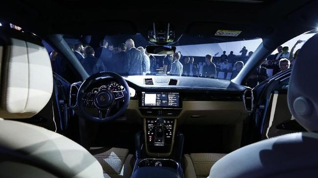 Di sisi interior, Cayenne dibekali layar sentuh HD 12,3 inci serta konektivitas 4G LTE untuk membantu navigasi. Porsche meniadakan tombol dan menggantinya dengan panel layar sentuh untuk mengoperasikan fitur hiburan. (REUTERS/Michaela Rehle)