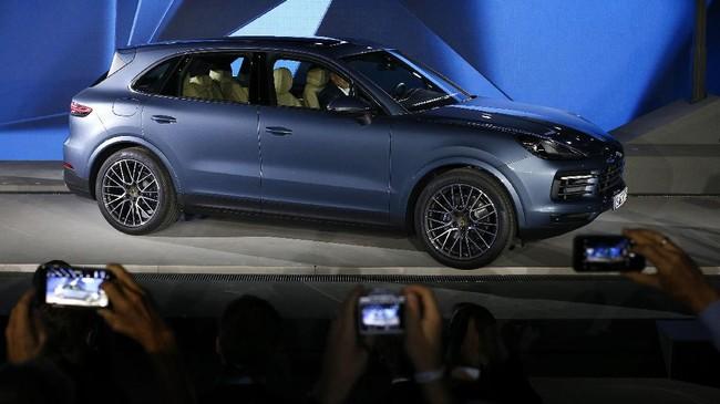 <p>Porsche meluncurkan generasi terbaru Cayenne untuk segmen<em> sport utility vehicle</em> (SUV) di Stuttgart, Jerman pada Selasa (29/8). SUV terbaru inihadir dengan dua varian yakni model Turbo, GTS, dan menyusul kemudian model S hibrid. (REUTERS/Michaela Rehle)</p>