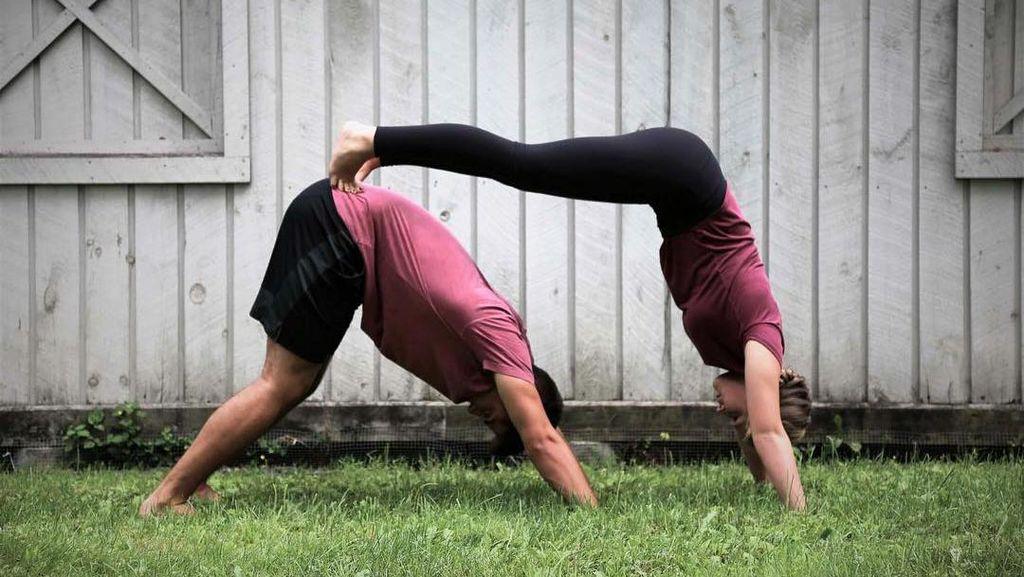 Agar Makin Intim, Yuk Yoga Bareng Pasangan Sebelum Tidur