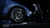 <p>Secara struktur, Cayenne menggunakan aluminium yang lebih ringan64 kg dengan sistem penggerak gardan belakang baru agar lebih lincah ketika berkendara di kecepatan rendah, namun tetap stabil saat kecepatan tinggi. (REUTERS/Michaela Rehle)</p>