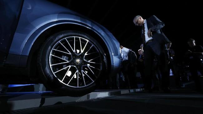 Secara struktur, Cayenne menggunakan aluminium yang lebih ringan64 kg dengan sistem penggerak gardan belakang baru agar lebih lincah ketika berkendara di kecepatan rendah, namun tetap stabil saat kecepatan tinggi. (REUTERS/Michaela Rehle)