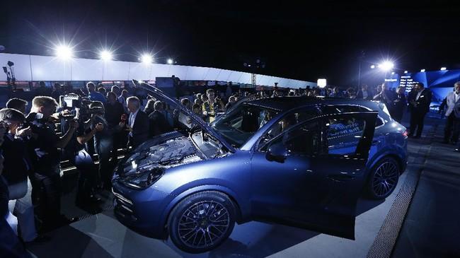 Kabin penumpang dibuat luas serta bagasi yang bisa menampung 15 persen bawaan lebih banyak. Sedangkan fitur parkir jugatelah dilengkapi dengan kamera serta sistem InnoDrive besutan Porsche. (REUTERS/Michaela Rehle)