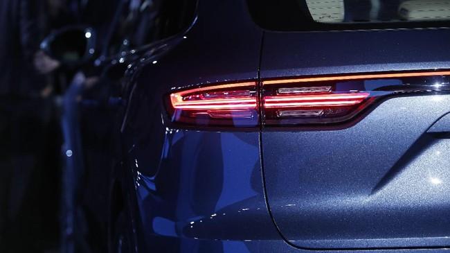 Porsche mengklaim SUV-nya bisa mencapai kecepatan 60mph dalam waktu 5,6 detik dengan kecepatan tertinggi 152mph. Sementara model S bisa mencapai 60mph dalam 4,6 detik dan catatan kecepatan tertinggi 164mph. (REUTERS/Michaela Rehle)
