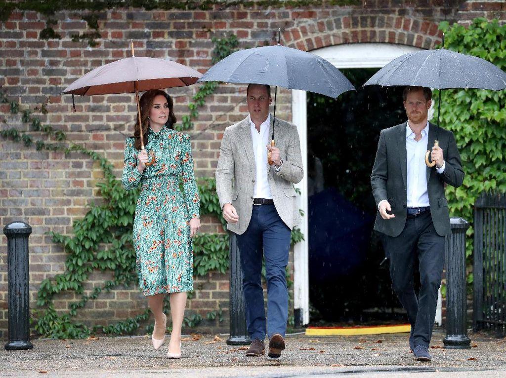 Foto: Cantiknya Kate Middleton Bergaun Prada Saat Kenang Putri Diana