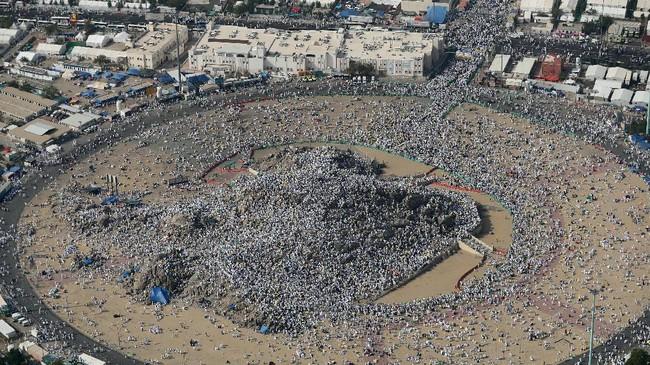 Ibadah di Jabal al-Rahmah dilaksanakan sejak siang hingga matahari terbenam, ibadah ini bernama 'berdiri di hadapan Tuhan' (wukuf), salah satu ritual paling penting dalam ibadah Haji. (AFP PHOTO / KARIM SAHIB)