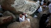 Sementara itu, pengertian harafiah wukuf adalah 'berhenti' walau sejenak. Umat muslim meyakini, siapapun yang berhenti walau sejenak di Padang Arafah setelah tergelincirnya matahari 9 Zulhijjah, maka wukufnya sah. (REUTERS/Suhaib Salem)