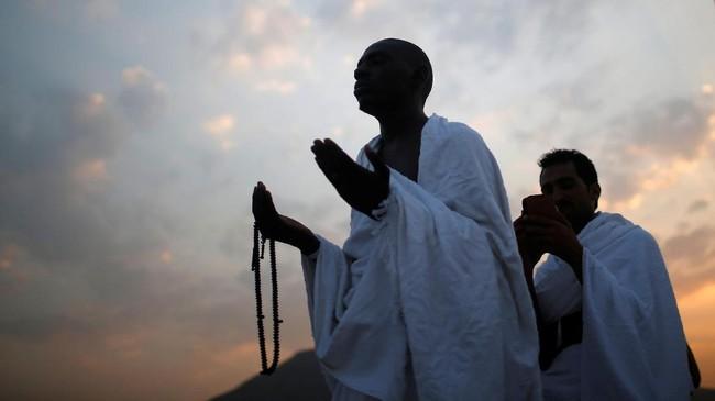 Pada petang hari, setelah menunaikan ibadah, umat muslim akan keluar dari Arafah setelah matahari terbenam dengan tenang dan tertib menuju Muzdalifah. (REUTERS/Suhaib Salem)