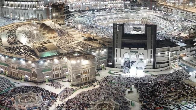 Di Mekah, umat muslim harus menjaga kesehatan dengan benar untuk menghadapi suhu udara cukup panas mencapai 48-50 derajat celcius. Saat ini, daerah Asia Selatan dan Timur Tengah memang tengah diterpa gelombang panas. (AFP PHOTO / KARIM SAHIB)