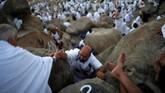 Arafah berasal dari kata 'arafa' yang bermaksud kenal atau mengerti. Dinamakan Arafah adalah karena umat muslim meyakini tempat suci itu adalah lokasi pertemuan antara Adam dan Hawa di bumi. (REUTERS/Suhaib Salem)