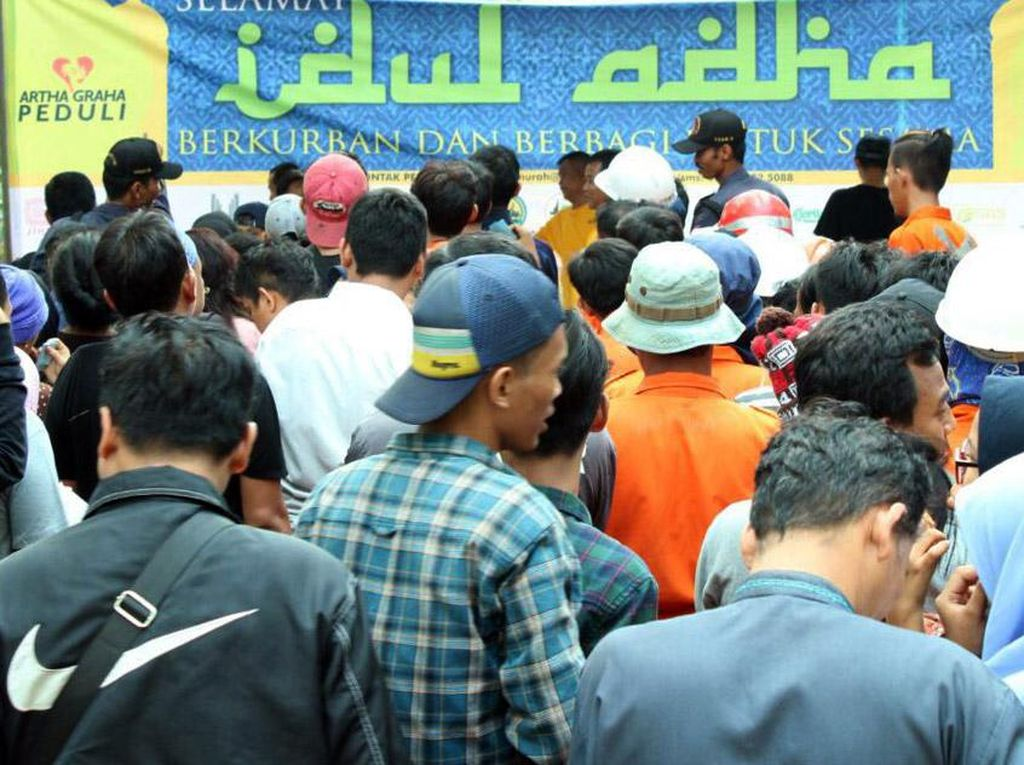 Puluhan orang turut mengantri untuk mengambil daging kurban yang dibagikan oleh Artha Graha di Hari Raya Idul Adha 1438 H disekitar kawasan SCBD. Foto: dok. AGP