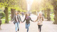 Hidup akan tampak panjang dan sepi tanpa teman-teman dan keluarga yang baik. Ilmuwan mengatakan bahwa jika Anda mau memiliki kehidupan ang bahagia, Anda perlu sistem dukungan yang kuat. Studi dari Framingham Heart, yang dipublikasikan di British Medical Journal (2008) pada 4.739 orang selama 20 tahun menemukan bahwa kebahagiaan itu menular. Foto: (Thinkstock)