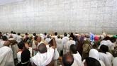 Jemaah berkumpul di bawah matahari terik di Mina pada Jumat, (1/9), untuk menjalankan ritual terakhir dalam rangkaian ibadah haji--lempar jumrah. (AFP Photo/KarimSahib)