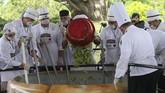 Nyatanya, proses pembuatan guacamole ini berhasil memecahkan rekor dunia, Guinness Book of World Records. Penghargaan tersebut diterima oleh sang gubernur. (REUTERS/Fernando Carranza)