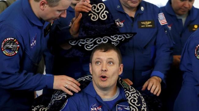 Fischer berhasil merampungkan misi pertamanya bersama Peggy di bawah Ekspedisi 51 setelah tinggal di luar angkasa selama 136 hari.(REUTERS/Sergei Ilnitsky)