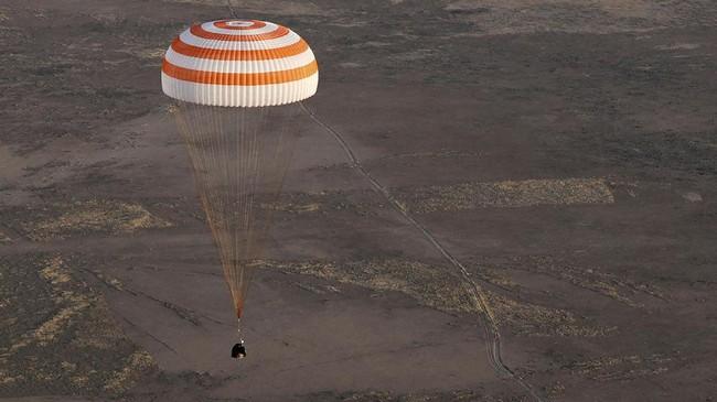 Kapsul Soyuz MS-04 yang membawa tiga astronaut dari Stasiun Antariksa Internasional (ISS) bersiap mendarat di area terbuka di Dzhezkazgan, Kazakstan pada Minggu (3/9) pukul 9 malam waktu setempat.(REUTERS/Sergei Ilnitsky/Pool)
