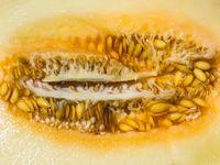 Bagian dalam dari buah blewah. Rasanya ingin segera digaruk ya biji-bijinya. (Foto: Thinkstock)