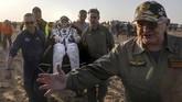 Peggy Annette Whitson menjadi salah satu astronaut yang menyelesaikan misi dan kembali ke Bumi. (REUTERS/Sergei Ilnitsky)