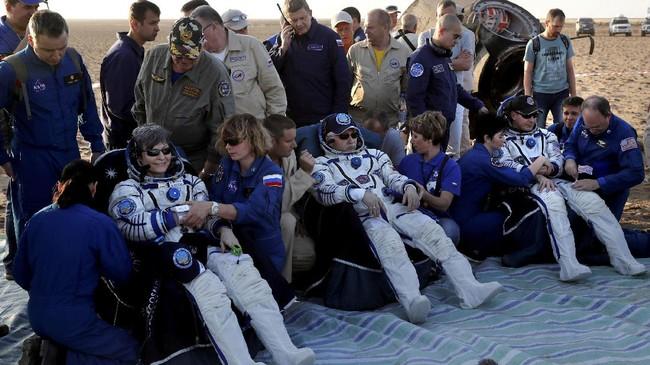 Selain Peggy (kiri), dua astronaut lain yakni Fyodor Yurchikhin dariRusia (tengah), dan Jack Fischer ikut 'mudik' dan sampai di Bumi dengan kondisi sehat. (REUTERS/Sergei Ilnitsky)