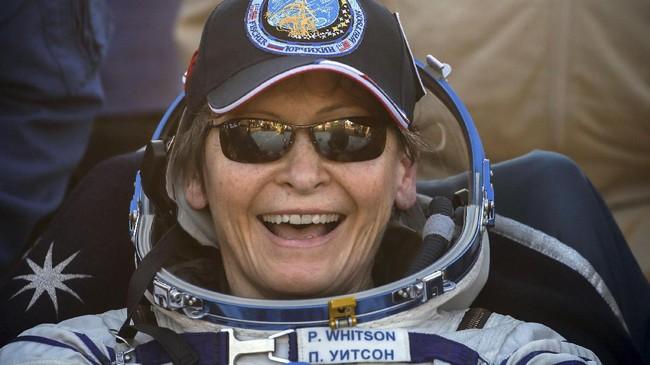 Peggy menjadi astronaut perempuan pertama yang mengantongi sejumlah rekor. Mulai dari menjadi astronaut perempuan tertua, hingga menjadi perempuan pertama yang memimpin awak di luar angkasa sejak 2008 selama dua kali. (REUTERS/Sergei Ilnitsky)