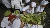 Selain untuk memecahkan rekor, proses pembuatan guacamole ini juga memiliki tujuan politik.(REUTERS/Fernando Carranza)
