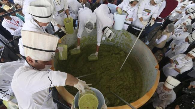 Kebanggaan akan guacamole sebagai saus asli Meksiko membuat para koki dari Meksiko memecahkan rekor pembuatan guacamole raksasa.(REUTERS/Fernando Carranza)